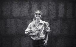 La muchacha hermosa con placer fuma un vape, día, al aire libre Fotos de archivo