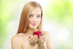 La muchacha hermosa con rojo se levantó Imagen de archivo