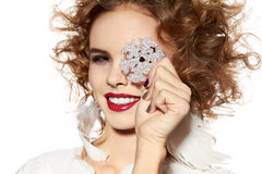 La muchacha hermosa con sonrisa del maquillaje de la tarde toma el copo de nieve cristal Imagen de archivo