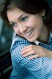 La muchacha hermosa con sonrisas de los ojos azules Fotografía de archivo