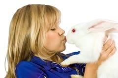 La muchacha hermosa con un conejo blanco Foto de archivo