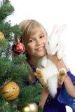 La muchacha hermosa con un conejo blanco Imagen de archivo libre de regalías