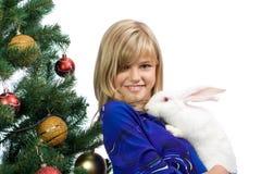 La muchacha hermosa con un conejo blanco Foto de archivo libre de regalías