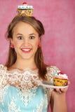 La muchacha hermosa con una torta Imagen de archivo libre de regalías