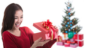 La muchacha hermosa de Asia con la Navidad del regalo adornó el fondo Imagen de archivo