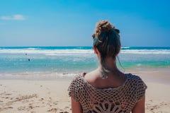La muchacha hermosa de la persona que practica surf está disfrutando de vacaciones en la playa tropical Mujer joven con la tabla  Foto de archivo