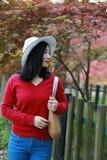La muchacha hermosa de la mujer de la naturaleza china asiática linda feliz en un parque de la primavera disfruta de trenza del a Fotografía de archivo