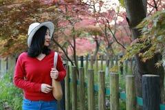 La muchacha hermosa de la mujer de la naturaleza china asiática linda feliz en un parque de la primavera disfruta de trenza del a Imagenes de archivo
