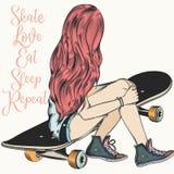 La muchacha hermosa del adolescente con el pelo rosado se sienta en un monopatín Molestia ilustración del vector