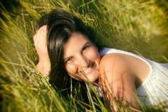 La muchacha hermosa del adolescente disfruta de la naturaleza Foto de archivo