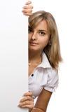 La muchacha hermosa del asunto con una hoja en blanco Foto de archivo libre de regalías