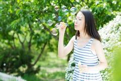 La muchacha hermosa del parque Imagen de archivo libre de regalías