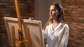 La muchacha hermosa dibuja muy entusiasta una imagen 4K MES lento metrajes