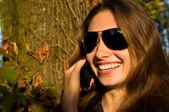 La muchacha hermosa dice en el móvil Fotografía de archivo libre de regalías