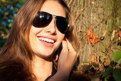 La muchacha hermosa dice en el móvil Imagen de archivo libre de regalías