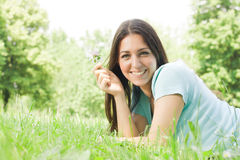 La muchacha hermosa disfruta de la naturaleza Fotos de archivo libres de regalías