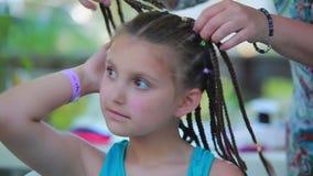 La muchacha hermosa disfruta de su nuevo peinado metrajes