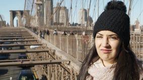 La muchacha hermosa disfruta del paseo sobre el puente de Brooklyn Nueva York metrajes