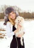 La muchacha hermosa el blonde en un casquillo en el wint Foto de archivo libre de regalías