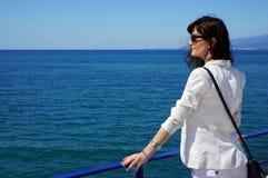 La muchacha hermosa el días de fiesta en el mar Imagenes de archivo