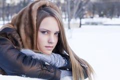 La muchacha hermosa en abrigo de pieles está sonriendo Imagen de archivo libre de regalías
