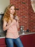 La muchacha hermosa en cocina Fotografía de archivo