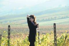 La muchacha hermosa en el viñedo Imagenes de archivo