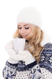 La muchacha hermosa en invierno viste con la taza de té aislada en whi Foto de archivo