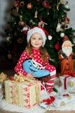 La muchacha hermosa en pijamas con el patín azul está esperando la Navidad y el Año Nuevo Imagenes de archivo