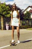 La muchacha hermosa en sunglusses presenta al aire libre con imagenes de archivo