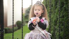 La muchacha hermosa en traje de la bruja celebra Halloween al aire libre y se divierte almacen de metraje de vídeo