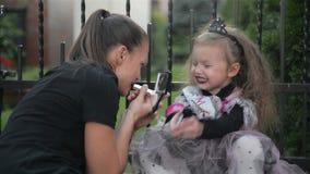 La muchacha hermosa en traje de la bruja celebra Halloween al aire libre y se divierte almacen de video