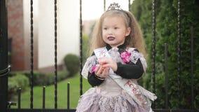 La muchacha hermosa en traje de la bruja celebra Halloween al aire libre y se divierte metrajes