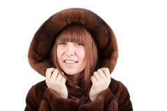 La muchacha hermosa en un abrigo de pieles del visión Foto de archivo