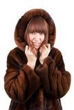 La muchacha hermosa en un abrigo de pieles del visión Fotos de archivo