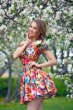 La muchacha hermosa en un vestido brillante, se está oponiendo a los colores de fondo  Fotos de archivo