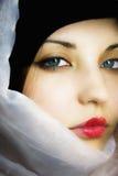 La muchacha hermosa en una bufanda con los ojos azules Fotos de archivo libres de regalías