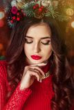 La muchacha hermosa en vestido rojo está esperando el Año Nuevo Fotos de archivo libres de regalías