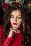 La muchacha hermosa en vestido rojo está esperando el Año Nuevo Imágenes de archivo libres de regalías