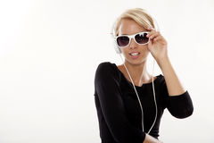 La muchacha hermosa es escucha la música Fotos de archivo libres de regalías