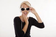 La muchacha hermosa es escucha la música Fotografía de archivo libre de regalías