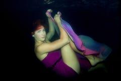 La muchacha hermosa está debajo de agua Foto de archivo libre de regalías
