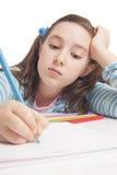 La muchacha hermosa está drenando con los lápices del color Imagen de archivo libre de regalías
