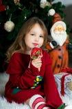 La muchacha hermosa está esperando la Navidad y el Año Nuevo Fotografía de archivo