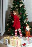 La muchacha hermosa está esperando la Navidad y el Año Nuevo Imagen de archivo