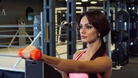 La muchacha hermosa está haciendo diligente los ejercicios para las manos almacen de metraje de vídeo