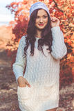 La muchacha hermosa está llevando la ropa blanca hecha punto del invierno Fotos de archivo libres de regalías