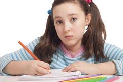 La muchacha hermosa está dibujando con los lápices del color Foto de archivo libre de regalías