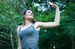 La muchacha hermosa feliz corre y dice hola en parque Foto de archivo libre de regalías