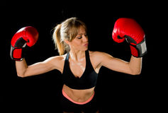 La muchacha hermosa feliz joven del boxeador con los guantes de boxeo arma en muestra de la victoria con ajuste y el cuerpo sano Imagenes de archivo